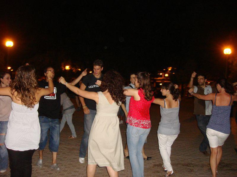 Bailes de Serán en plena plaza del parque